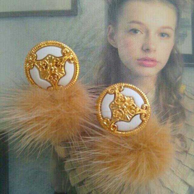ゴールド×ホワイト アンティークボタンファーピアス  ハンドメイドのアクセサリー(ピアス)の商品写真