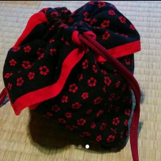 東京  いせ辰  手ぬぐい  巾着  紺×赤  ナデシコ模様 レディースの水着/浴衣(和装小物)の商品写真