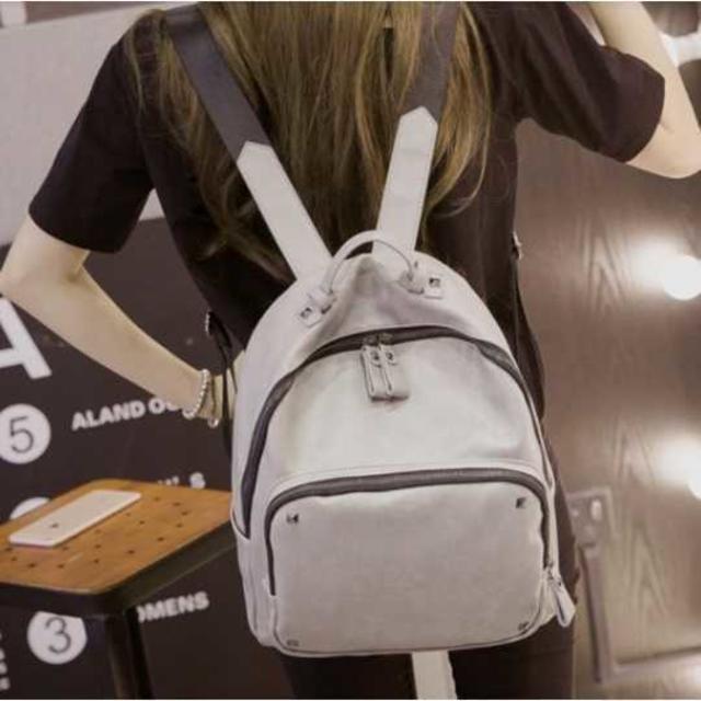 シンプル可愛い♪ 大容量 リュック レディース グレー 通勤通学 スタッズ レディースのバッグ(リュック/バックパック)の商品写真