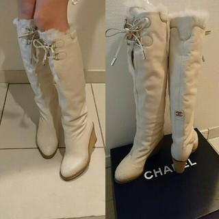 シャネル(CHANEL)のCHANEL ロゴが可愛いブーツ 柔らかく暖かい履き心地抜群です。(ブーツ)