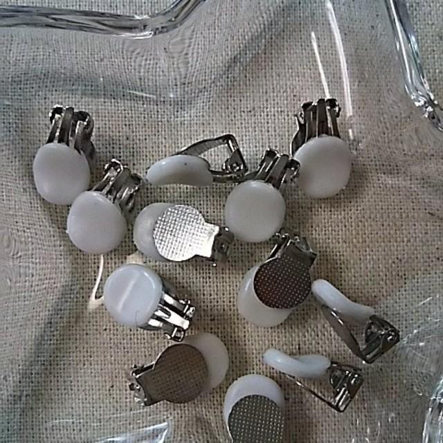 イヤリングパーツ☆6ペア☆蝶バネ式☆シリコンカバー付き☆シルバーカラー ハンドメイドの素材/材料(各種パーツ)の商品写真
