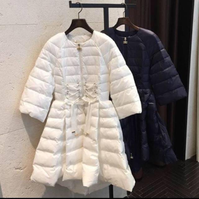 新品 完売 エリザベッタフランキ ドレス ダウン ホワイト 38  レディースのジャケット/アウター(ダウンコート)の商品写真