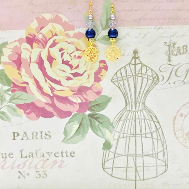 #351.ディープブルーパールと透かしお花チャームのキラキラスピアス ハンドメイドのアクセサリー(ピアス)の商品写真
