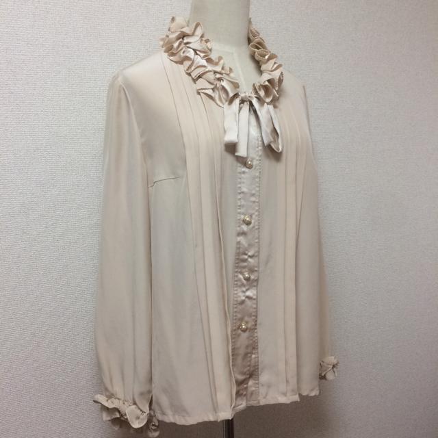 leilian(レリアン)のシャツ ブラウス フリル リボン ベージュ 洋服大量出品 レディースのトップス(シャツ/ブラウス(長袖/七分))の商品写真
