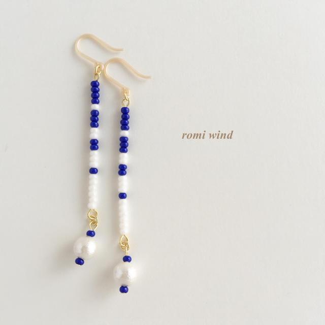 ボーダーピアス〜ロイヤルブルー&ホワイト ハンドメイドのアクセサリー(ピアス)の商品写真
