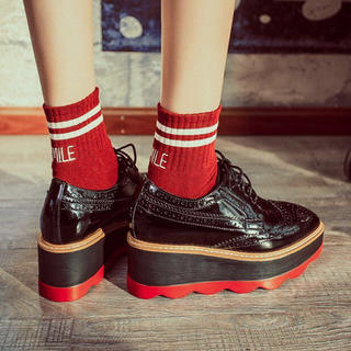 大人気厚底黒×赤スニーカー レースアップシューズ ローファー(ローファー/革靴)
