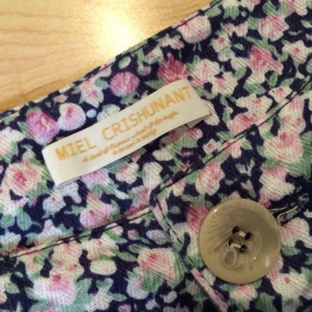 Miel Crishunant(ミエルクリシュナ)の ネイビーピンク花柄ショーパン レディースのパンツ(ショートパンツ)の商品写真