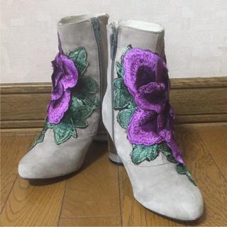 ジェフリーキャンベル(JEFFREY CAMPBELL)のJEFFREY CAMPBELL×ROSE BUD フラワー刺繍 ショートブーツ(ブーツ)