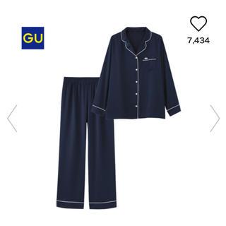 ジーユー(GU)のGUサテンパジャマ新品クラウンネイビー(パジャマ)