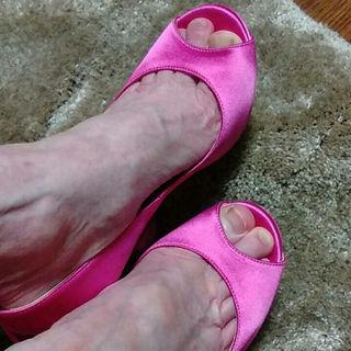 ジミーチュウ(JIMMY CHOO)の出品中のピンク色のリボンパンプス、別アングル画像☆(ハイヒール/パンプス)