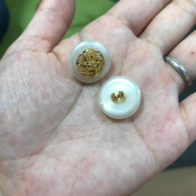 ゴールド  ホワイト 大人可愛い ボタン 大ぶりピアス カボション ハンドメイドの素材/材料(各種パーツ)の商品写真