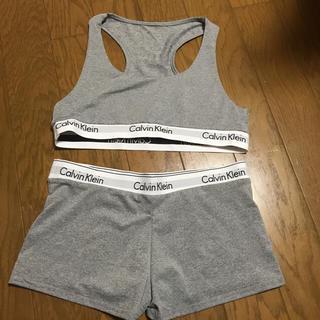 Calvin Klein のロゴ入り スポーツブラパンツセット(ブラ&ショーツセット)