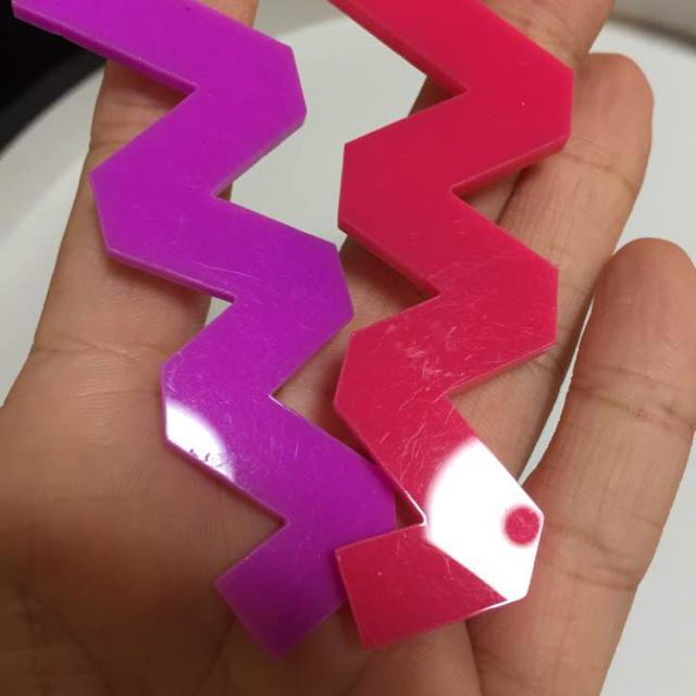 ギザギザ ブローチ セット ピンク パープル レディースのアクセサリー(ブローチ/コサージュ)の商品写真