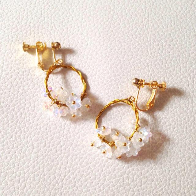 ラッピング無料☆野うさぎの花飾り*イヤリング 白 ハンドメイドのアクセサリー(イヤリング)の商品写真