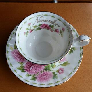 ロイヤルアルバート(ROYAL ALBERT)の☕11月ロイヤルアルバートのカップ&ソーサー(グラス/カップ)