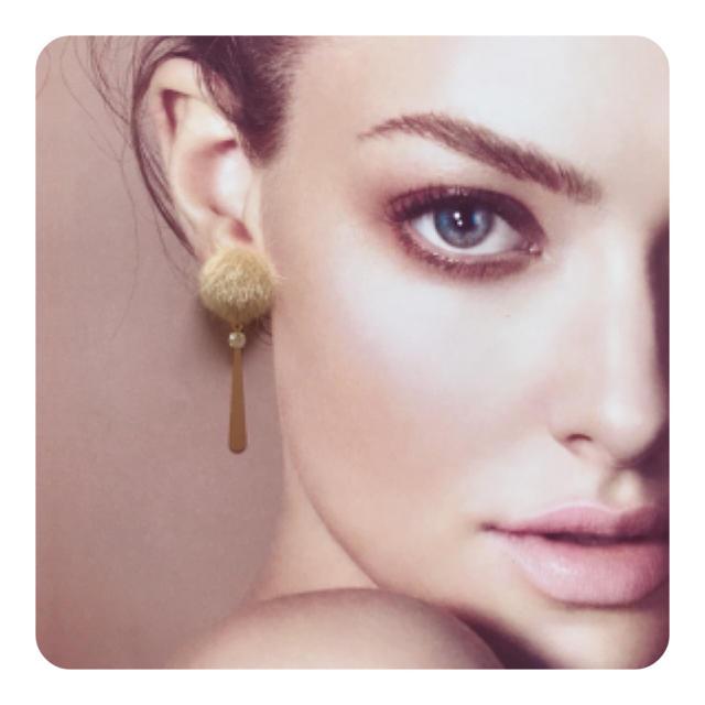 ファーカボション(ベージュ)×ラインストーン 蝶バネイヤリング ハンドメイドのアクセサリー(イヤリング)の商品写真