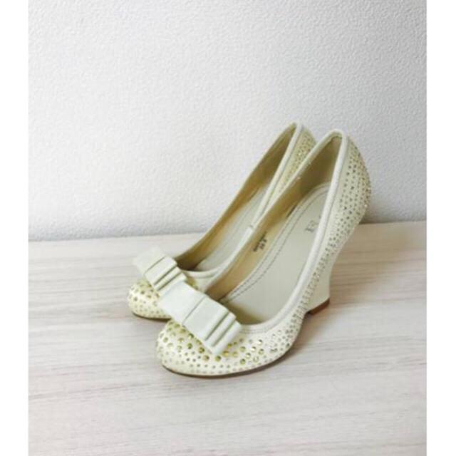 ビジュー リボン ウェッジ パンプス ホワイト スタッズ 22.5cm レディースの靴/シューズ(ハイヒール/パンプス)の商品写真