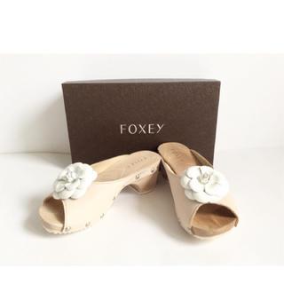 フォクシー(FOXEY)の新品未使用 FOXEY ベージュ×ホワイトカメリア サンダル Sサイズ(サンダル)