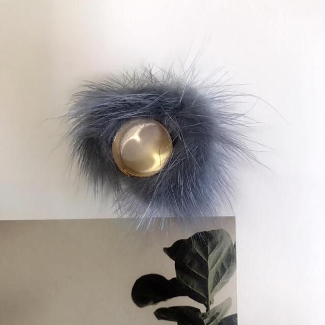 リング 指輪 ポンポン 羽 ファー かわいい グレー大人気  メンズのアクセサリー(リング(指輪))の商品写真