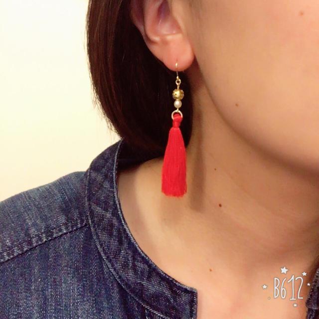 タッセルピアス☆赤 ハンドメイドのアクセサリー(ピアス)の商品写真