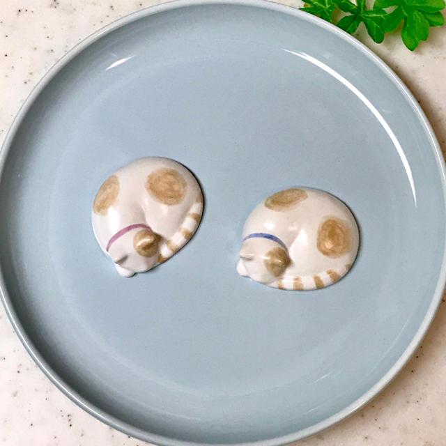 丸い猫ちゃん箸置き 二個セット 送料込み! インテリア/住まい/日用品のキッチン/食器(カトラリー/箸)の商品写真