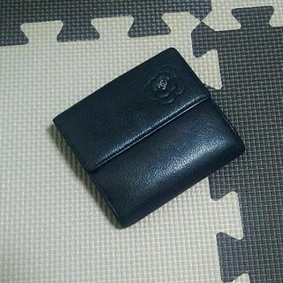 シャネル(CHANEL)の正規品 CHANEL 二つ折り財布 グレーブラック カメリア ワンポイント (財布)