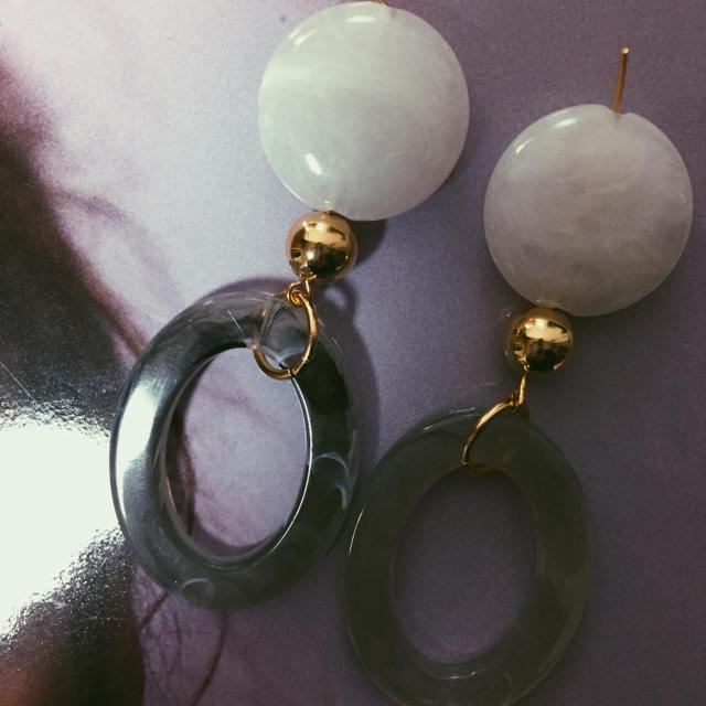 ホワイト × グレー ハンドメイドのアクセサリー(ピアス)の商品写真