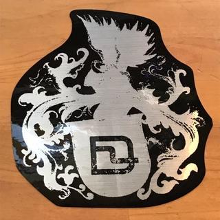 ディーラックス(DEELUXE)のDEELUXE 【 メタル紋章ステッカー】 銀/黒 16cm 新品正規(アクセサリー)
