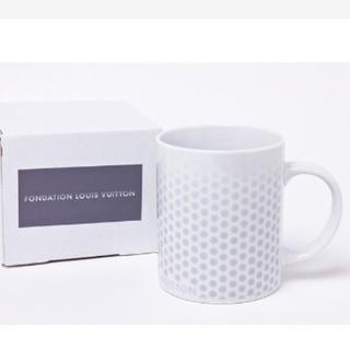 ルイヴィトン(LOUIS VUITTON)の【日本未発売】パリルイヴィトン美術館限定-白地にシルバーのドット柄マグカップ(グラス/カップ)