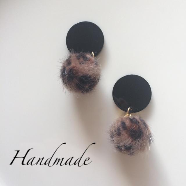 145.ブラック×レオパード柄ファーボールのピアス ハンドメイドのアクセサリー(ピアス)の商品写真