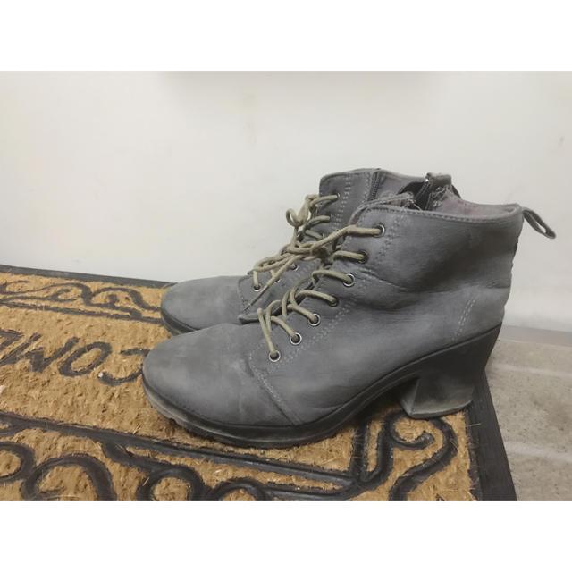 グレーのブーツ〻 レディースの靴/シューズ(ブーツ)の商品写真