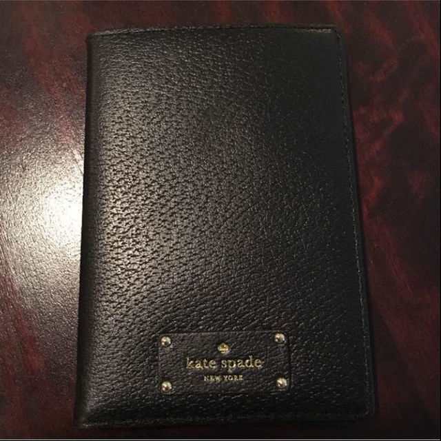 kate spade new york(ケイトスペードニューヨーク)のケイトスペード パスポートケース 黒 メンズのファッション小物(名刺入れ/定期入れ)の商品写真