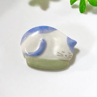 窮屈好きなネコ ブローチ ハンドメイド  送料込み!(コサージュ/ブローチ)