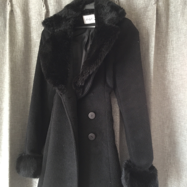 Delyle NOIR(デイライルノアール)のdelyle noirファーリボン付きコート黒  レディースのジャケット/アウター(毛皮/ファーコート)の商品写真