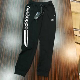 アディダス(adidas)のアディダス 不対称 ロゴプリント ロングパンツ Lサイズ 黒色(チノパン)