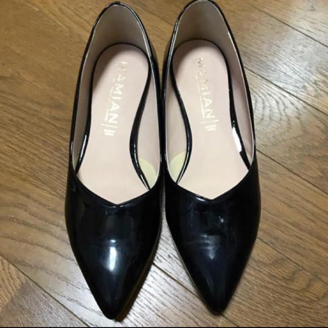 MAMIAN(マミアン)のMAMIAN 黒 ローヒール エナメル パンプス レディースの靴/シューズ(ハイヒール/パンプス)の商品写真