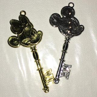 ディズニー(Disney)の銀のミッキー 金のミニー 鍵モチーフプラパーツ アクセサリーに. 各種パーツ