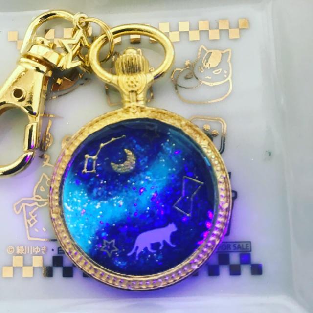 光る!白猫と天の川 宇宙 夜空 キーホルダー ハンドメイドのアクセサリー(キーホルダー/ストラップ)の商品写真