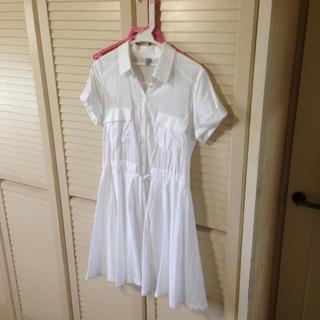 白のシャツワンピース(ひざ丈ワンピース)