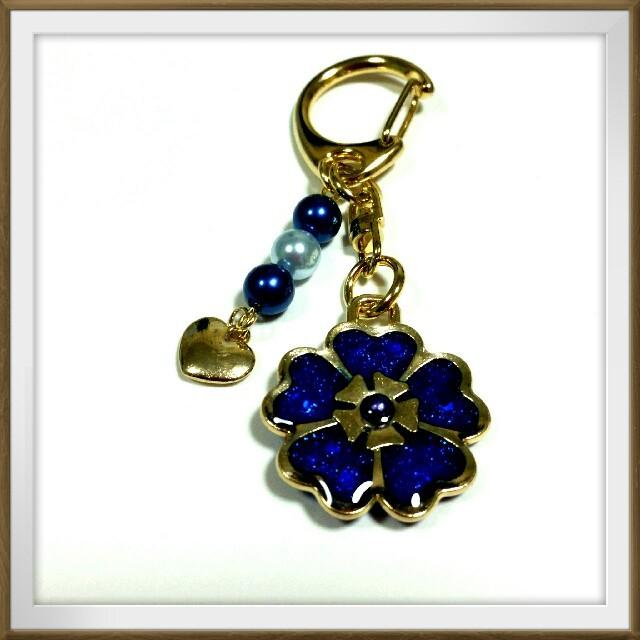 花のキーホルダー(ブルー) ハンドメイドのアクセサリー(キーホルダー/ストラップ)の商品写真