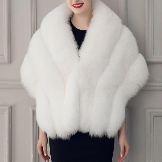年末セール!成人式に♡ 上品ファーショール フェイクファーショール ホワイト レディースのジャケット/アウター(毛皮/ファーコート)の商品写真