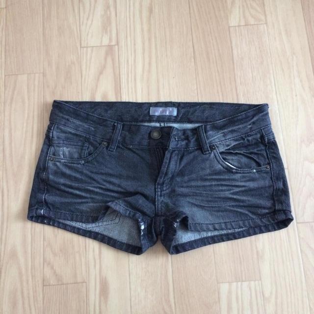 SWEET.B(スウィートビー)のブラック デニムショートパンツ レディースのパンツ(ショートパンツ)の商品写真