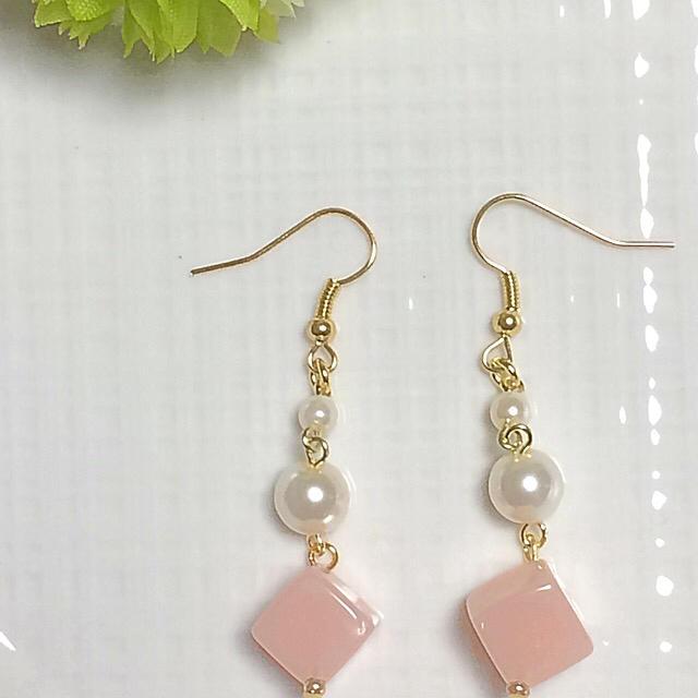 キャンディ風キューブの揺れるピアス  淡いピンク ハンドメイドのアクセサリー(ピアス)の商品写真