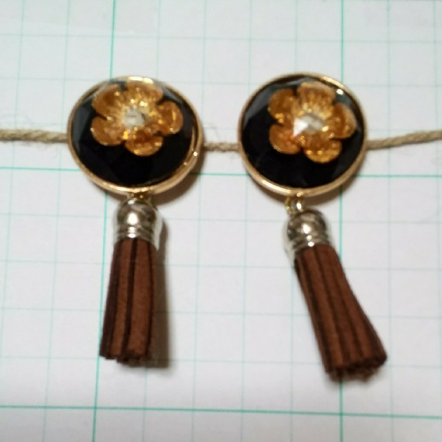 オレンジのお花の咲くアンティーク調ピアス ハンドメイドのアクセサリー(ピアス)の商品写真