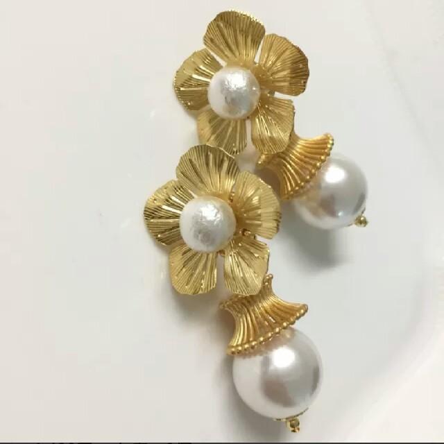 大振りのゴールドフラワーパーツイヤリング ハンドメイドのアクセサリー(イヤリング)の商品写真