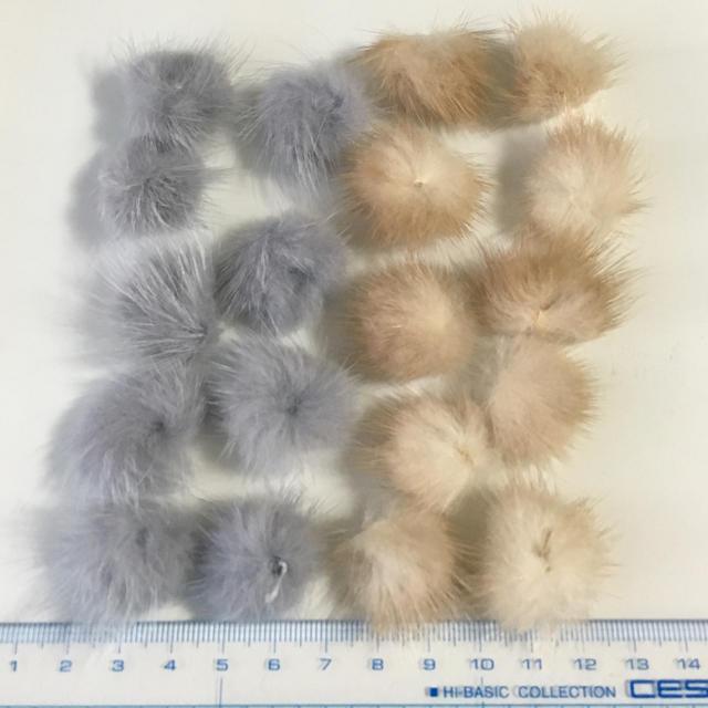 B品 ファーまとめ売り 11. グレー、ベージュ 18こ ハンドメイドの素材/材料(各種パーツ)の商品写真