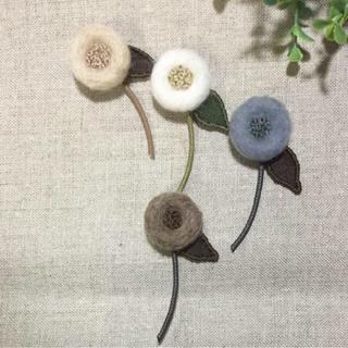 羊毛 刺繍ブローチ・茶色(ブローチ/コサージュ)