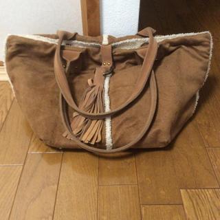 ミスティック(mystic)のレザータッセル ムートン風ハンドバッグ キャメル a4サイズ(ハンドバッグ)
