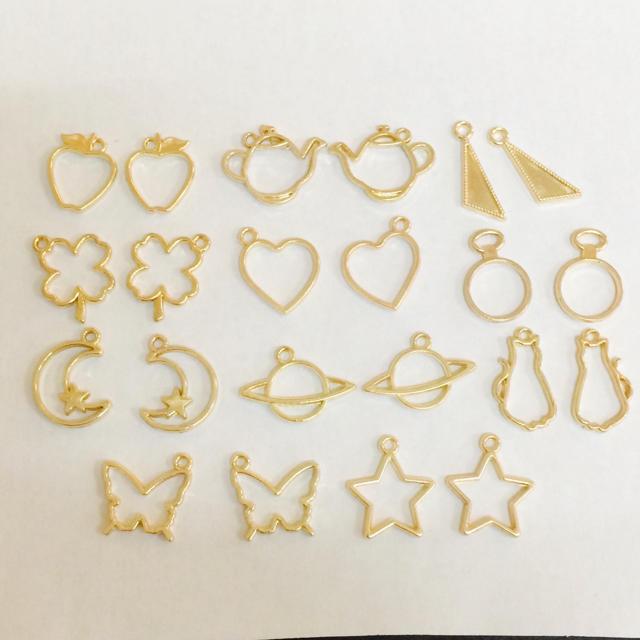22個 レジン枠 チャーム ゴールド ハンドメイドの素材/材料(各種パーツ)の商品写真