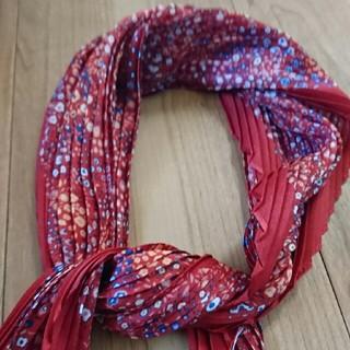 ユニクロ(UNIQLO)の赤ベーススカーフ(バンダナ/スカーフ)